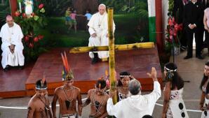 Las emotivas imágenes del Papa con los indígenas de Perú