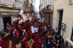 Coros e ilegales animan el Domingo de Piñata