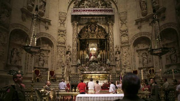 Cientos de sevillanos muestran sus respetos al Rey Santo