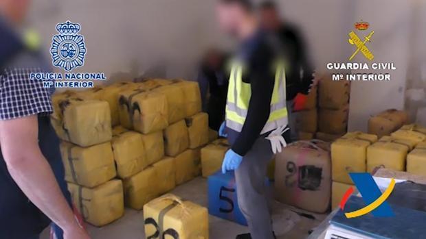 Intervenidos cerca de 2500 kilos de hachís en un garaje en Granada