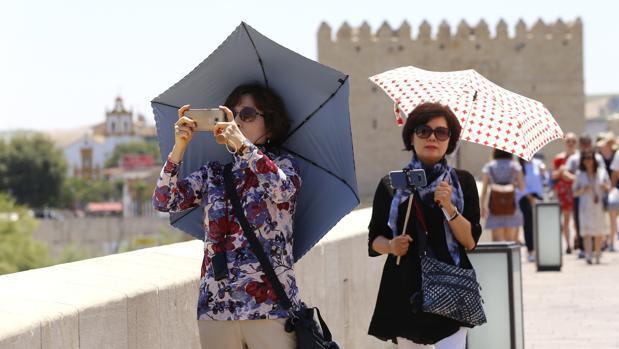 El calor se instala en Andalucía durante el puente del Pilar