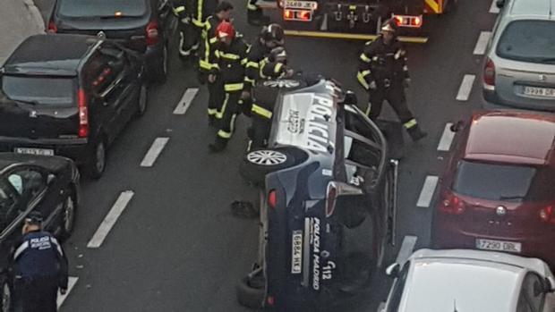 Espectacular vuelco de un coche de la Policía Municipal en Begoña