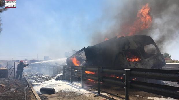 Un hombre muere tras incendiarse dos camiones en un choque en la A-7 en Nules