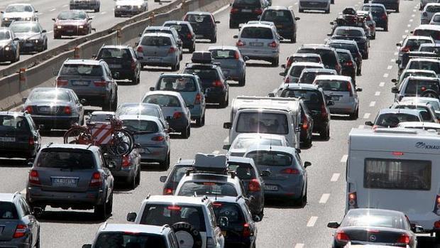 Así es como se crean los atascos cuando el tráfico es muy denso