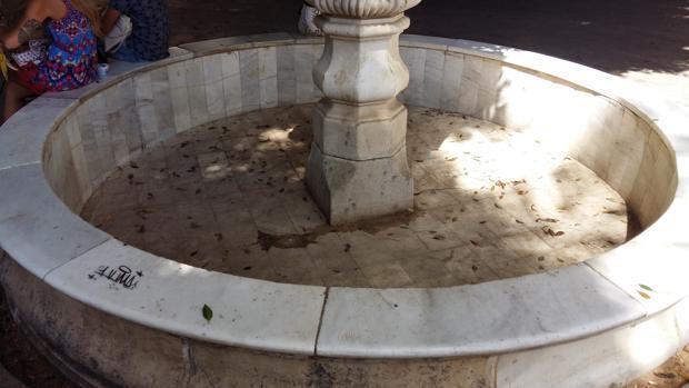 Una fuente del siglo XVIII, papelera de lujo en pleno centro de Sevilla
