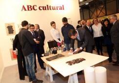 Las imágenes de la visita de los Reyes al stand del ABC Cultural en ARCO