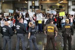 Tensión en los aeropuertos de EE.UU. contra el veto de Donald Trump