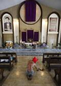 Los sangrientos ritos en Filipinas: flagelarse y portar la cruz