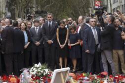 Los imágenes de los Reyes durante la ofrenda floral en memoria de las víctimas