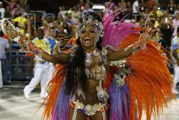 El carnaval mueve Río de Janeiro a ritmo de samba