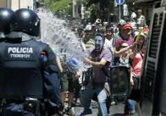 En imágenes: Mossos y manifestantes se enfrentan en Gràcia