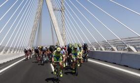 Aniversario: La Vuelta Ciclista inaugura el Puente de la Constitución