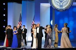 El primer baile presidencial de Donald y Melania Trump, en imágenes