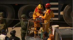 Rescatan a una niña de ocho años tras pasar más de 60 horas sepultada bajo los escombros