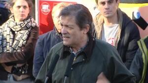 Militantes críticos del PSOE increpan a Javier Fernández en el homenaje a Pablo Iglesias