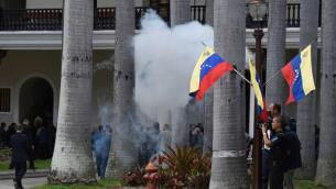 En imágenes: partidarios chavistas asaltan el Parlamento de Venezuela