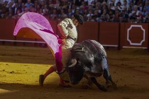 La tarde de Morante, El Juli y Perera en la Maestranza, en imágenes