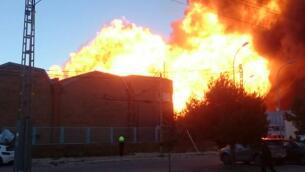 En imágenes: el impresionante incendio de una fábrica de químicos que mantiene confinados a vecinos de Paterna