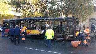El aparatoso incendio del autobús de Tussam en Sevilla, en imágenes
