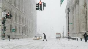 Las imágenes más impresionantes de la tormenta de nieve que asola Nueva York