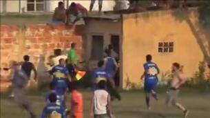 Brutal paliza a un árbitro en Argentina tras pitar un penalti