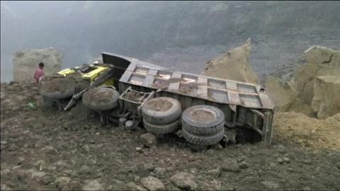 V deos al menos tres muertos al derrumbarse en una mina for Comprobar clausula suelo