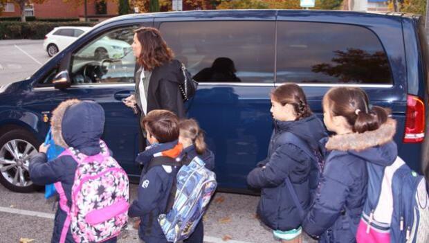 Compartir coche para llevar a los niños al colegio, la última tendencia de ahorro