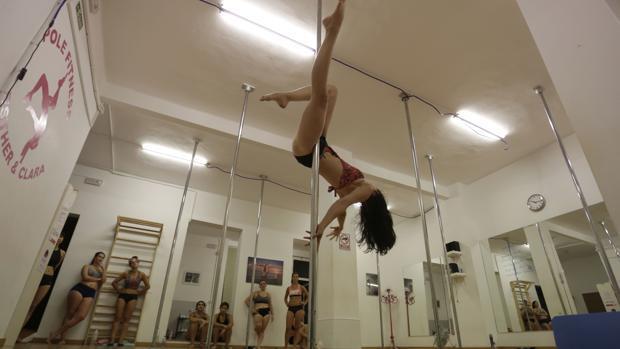 Pole dance, un deporte artístico desconocido en auge en Sevilla