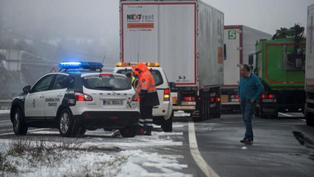 Tráfico podrá bloquear al conductor que no lleve cadenas o neumáticos de invierno en plena nevada