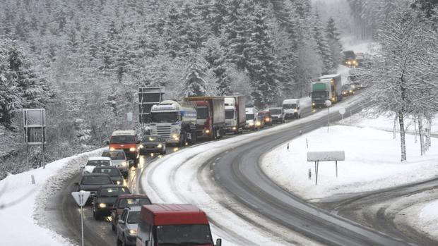 El temporal de nieve complica el tráfico en Madrid y Castilla y León