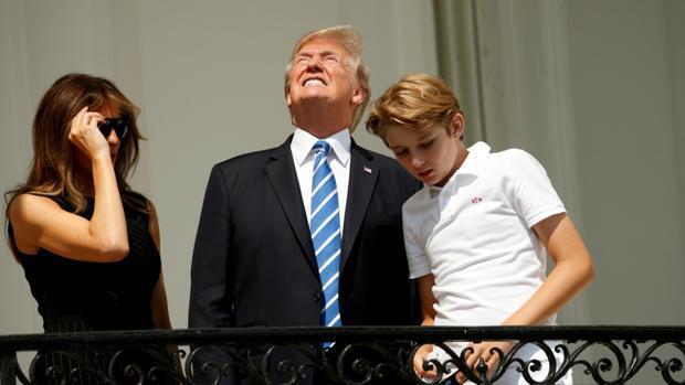 Donald Trump observó el eclipse solar sin gafas