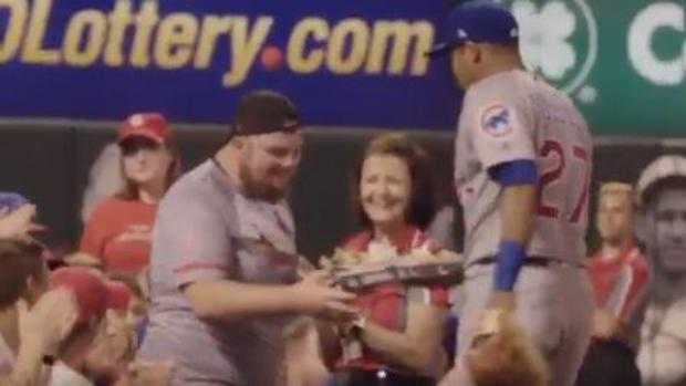 Un jugador de béisbol trae nachos a un aficionado