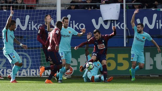 Mal partido, buen resultado para el Barcelona en Ipurua