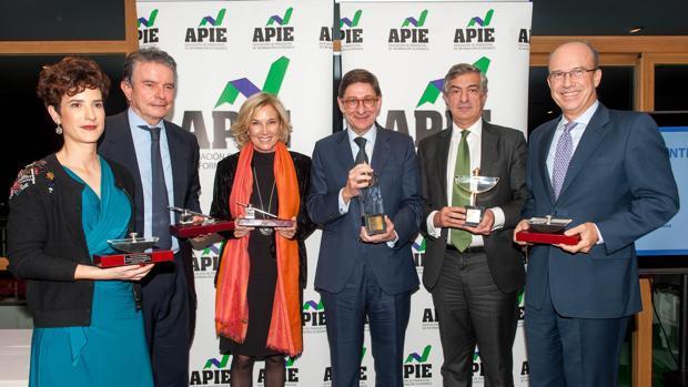 Goirigolzarri recibe el premio «Tintero» de la APIE: «La transparencia es fundamental»