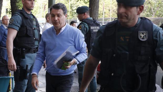 La vida de Ignacio González en prisión: tiene ducha privada y duerme con su hermano en una litera