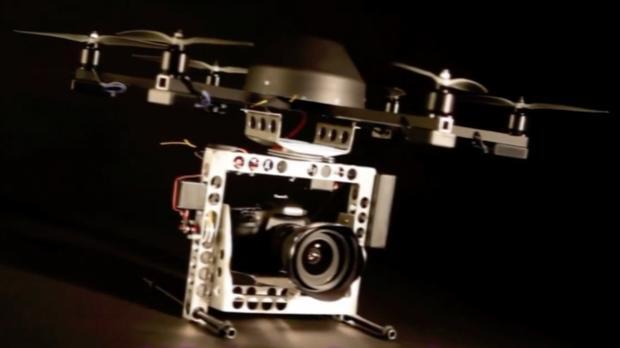 Un dron inteligente para cine y publicidad evita los obstáculos en vuelos interiores
