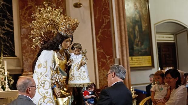 Multitudinario besamanos a la Virgen de los Desamparados en Valencia