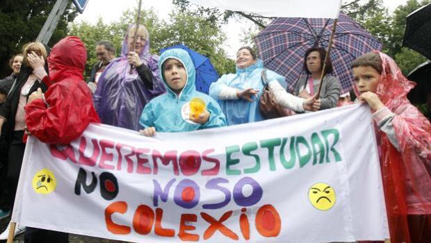 Padres y alumnos rodean la Xunta contra la reordenación de centros