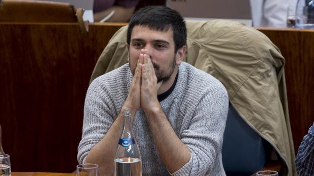 Espinar la vuelve a liar: critica que los periodistas pidan que se informe del atentado en castellano