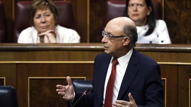 Los partidos catalanes acusan a Montoro de aplicar el artículo 155 «por la puerta de atrás»
