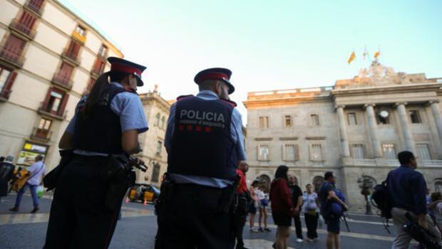 Detenida por morder a un mosso e increparle con gritos de «vergüenza de policía» y «viva España»