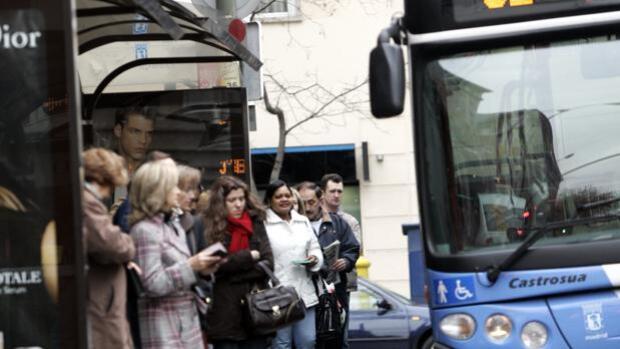 Un conductor de EMT evacúa un autobús en el Barrio del Pilar tras enterarse de la muerte de su padre