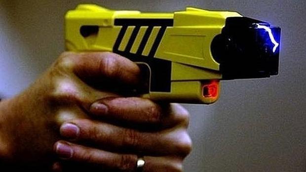 Los Mossos empezarán a patrullar con pistolas Taser a partir de enero