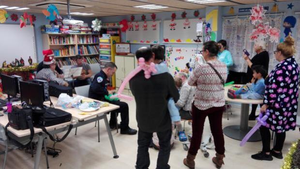La Policía Local de Toledo alegra la Navidad a los niños con cáncer en el hospital