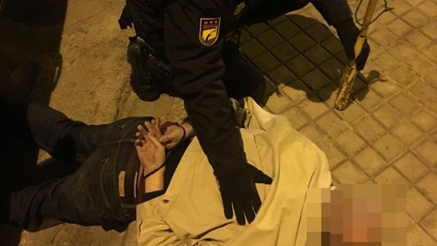 «Te tengo que matar, zorrón»: evitan la agresión de un hombre cargado con un bate a su expareja en la calle