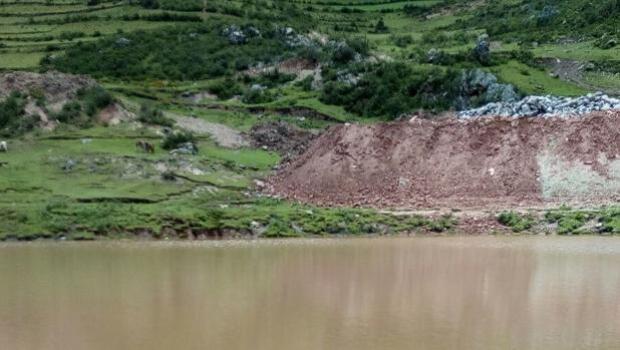 Drenan un lago ante la posibilidad de que allí se encontrara el cadáver de Nathaly Salazar
