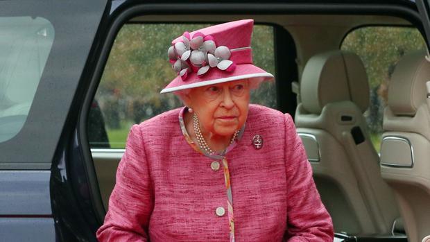 La Reina Isabel II solo lleva dinero en efectivo los domingos