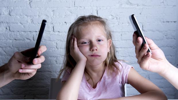 La tecno adicción en los padres afecta a la «poda neuronal» de los más pequeños