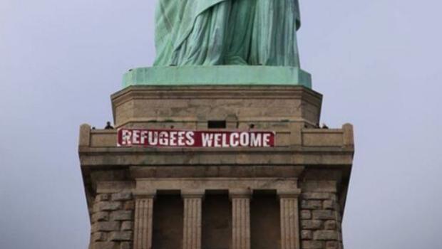 Retiran una pancarta con el lema «Refugees Welcome» de la Estatua de la Libertad
