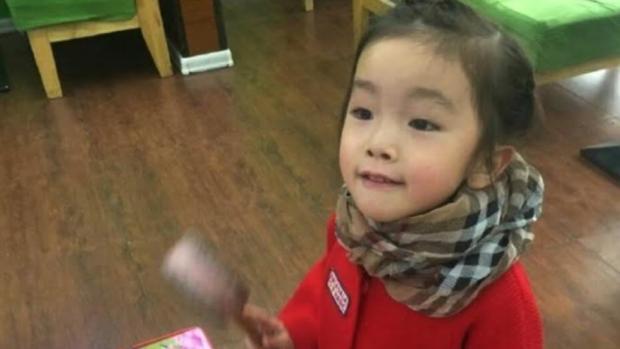Muere en China una niña de 6 años después de que su profesora le sellara la boca con pegamento
